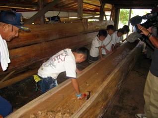 丸木舟制作のお手伝い