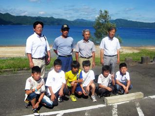 田沢湖をバックに記念撮影